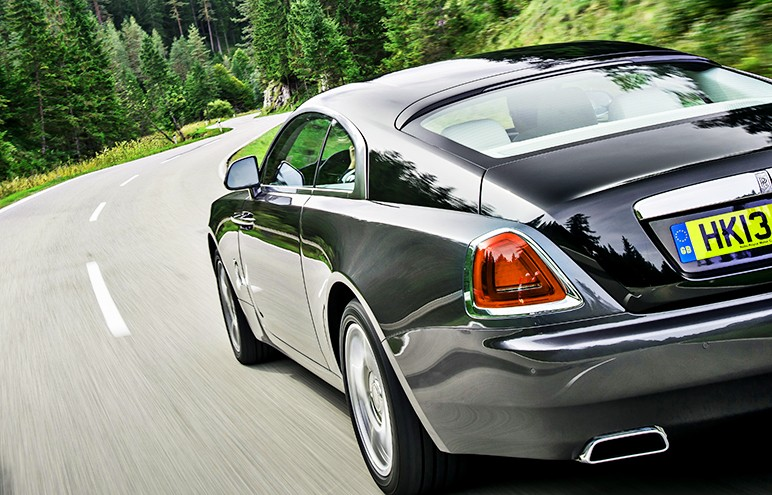 5 Seater Luxury Cars to Make Your Tour Memorable
